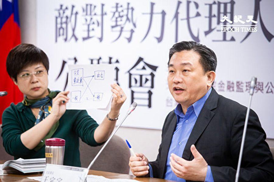 民進黨立委王定宇(右)表示,「代理人法」就是要保護台灣安全,免於中共紅色滲透。圖為資料照。(陳柏州/大紀元)