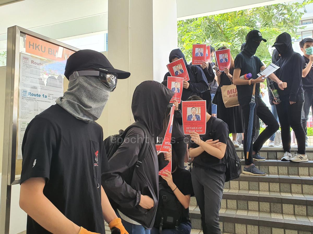 11月1日下午,港大學生前往校長辦公室外靜坐要求校方回應學生訴求。(孫明國/大紀元)