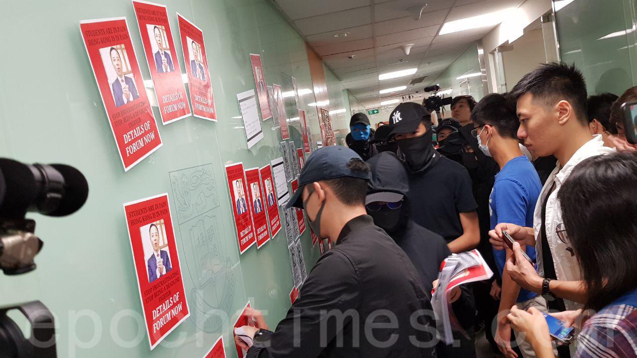 11月1日下午,港大學生前往校長辦公室外靜坐,要求校方回應學生訴求。(駱亞/大紀元)