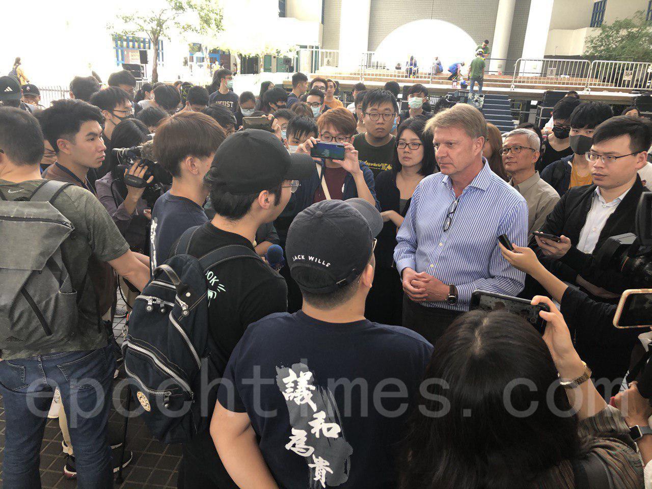 11月1日科大學生集會,要求校方落實學生校董符佩瑩的委任。副校長賀致信到場會學生見面。(余天佑/大紀元)
