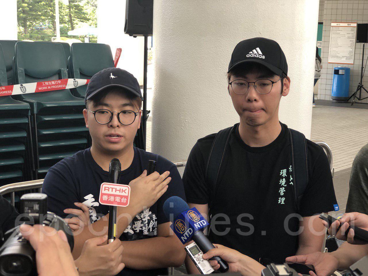 11月1日科大學生集會,要求校方落實學生校董符佩瑩的委任。學生會評議會主席張恆遠(左)與學生會評議會委員莫傲峯(右)接受媒體採訪。(余天佑/大紀元)