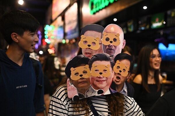 2019年10月31日許多抗爭者頭戴多位中港高官的頭像面具抗議。(PHILIP FONG/AFP via Getty Images)