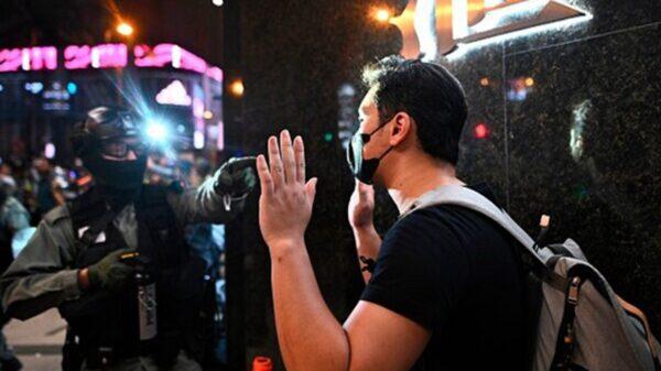 10月31日晚,多家港媒報道,香港政務司司長辦公室一名官員,於當晚在旺角涉嫌參與集會而遭警方拘捕。示意圖(PHILIP FONG/AFP via Getty Images)