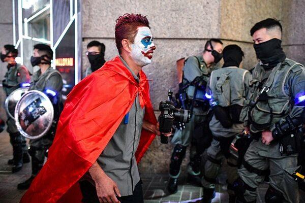 10月31日萬聖夜,香港市民舉行「哈囉餵狗官面具夜」行動,到蘭桂坊酒吧街狂歡反送中。(ANTHONY WALLACE/AFP via Getty Images)