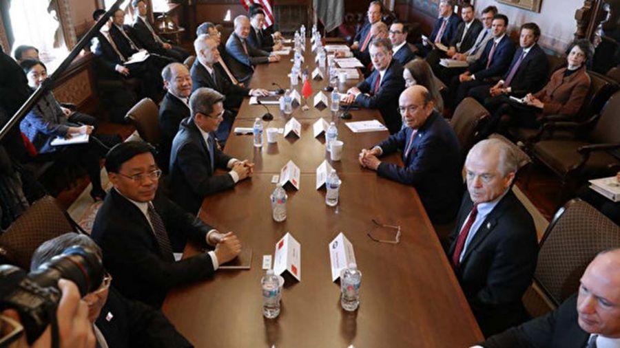 美國商務部長威爾伯・羅斯(Wilbur Ross)周五(11月1日)表示,中美達成「第一階段」貿易協議狀態良好,可能會在11月中旬左右簽署。圖為1月30日美中高級官員在華府進行貿易談判。(Chip Somodevilla/Getty Images)