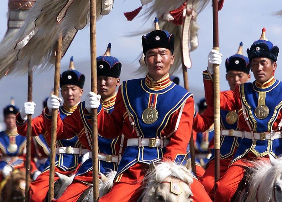 蒙古當地政府於2019年10月31日表示,800名中國公民因涉嫌在該國從事網絡欺詐和洗錢等犯罪活動,被警方逮捕。圖為烏蘭巴托的國家騎兵身穿成吉思汗時代的服飾,手拿成吉思汗時代的旗幟。(STEPHEN SHAVER/AFP/Getty Images)
