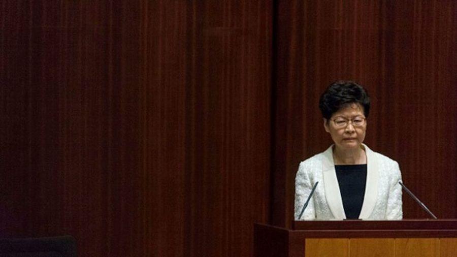 據知情人士透露,北京計劃把香港問題的責任推給特首林鄭月娥,可能會在明年3月前讓她下台。(PHILIP FONG/AFP via Getty Images)
