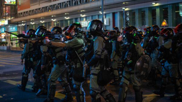 港警中的「速龍小隊」手中沾有抗爭者的鮮血,從而催生了「勇武派」中的「屠龍小隊」。(Billy H.C. Kwok/Getty Images)
