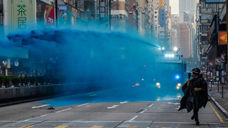 10月20日下午,35萬港人自發走上街頭抗暴 ,港警出動水砲車狂射水柱驅散示威民眾。(DALE DE LA REY/AFP via Getty Images)