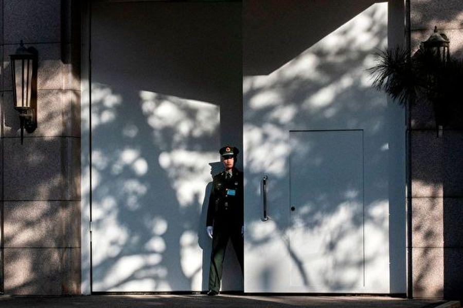 中共四中全會是閉門會議,圖為一名武警在會場京西賓館的大門外站崗。(NICOLAS ASFOURI/AFP via Getty Images)