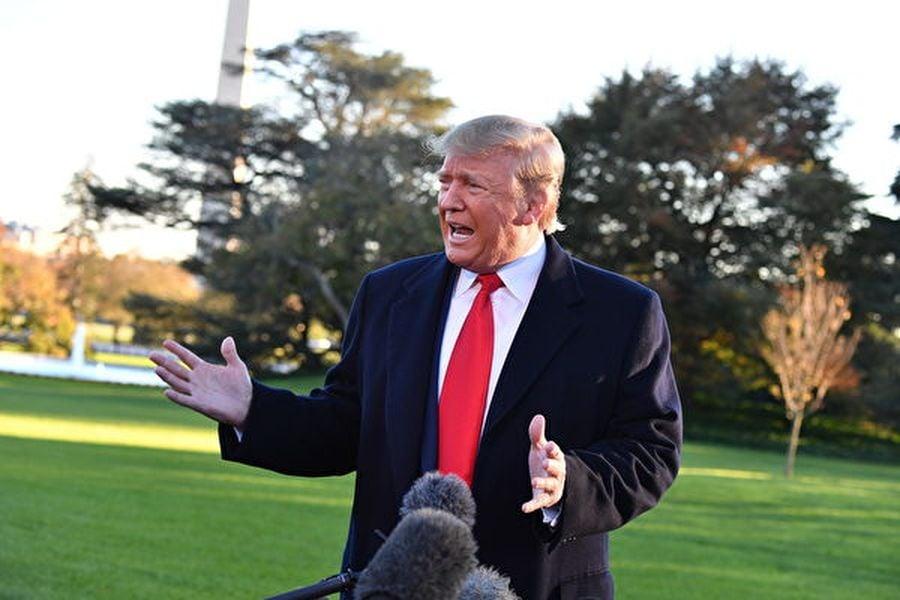 11月1日,在前往密西西比州參加競選集會前,特朗普在白宮告訴記者:「我們正在尋找其它幾個地點。甚至可能在愛荷華州。」(Photo by Nicholas Kamm/AFP)
