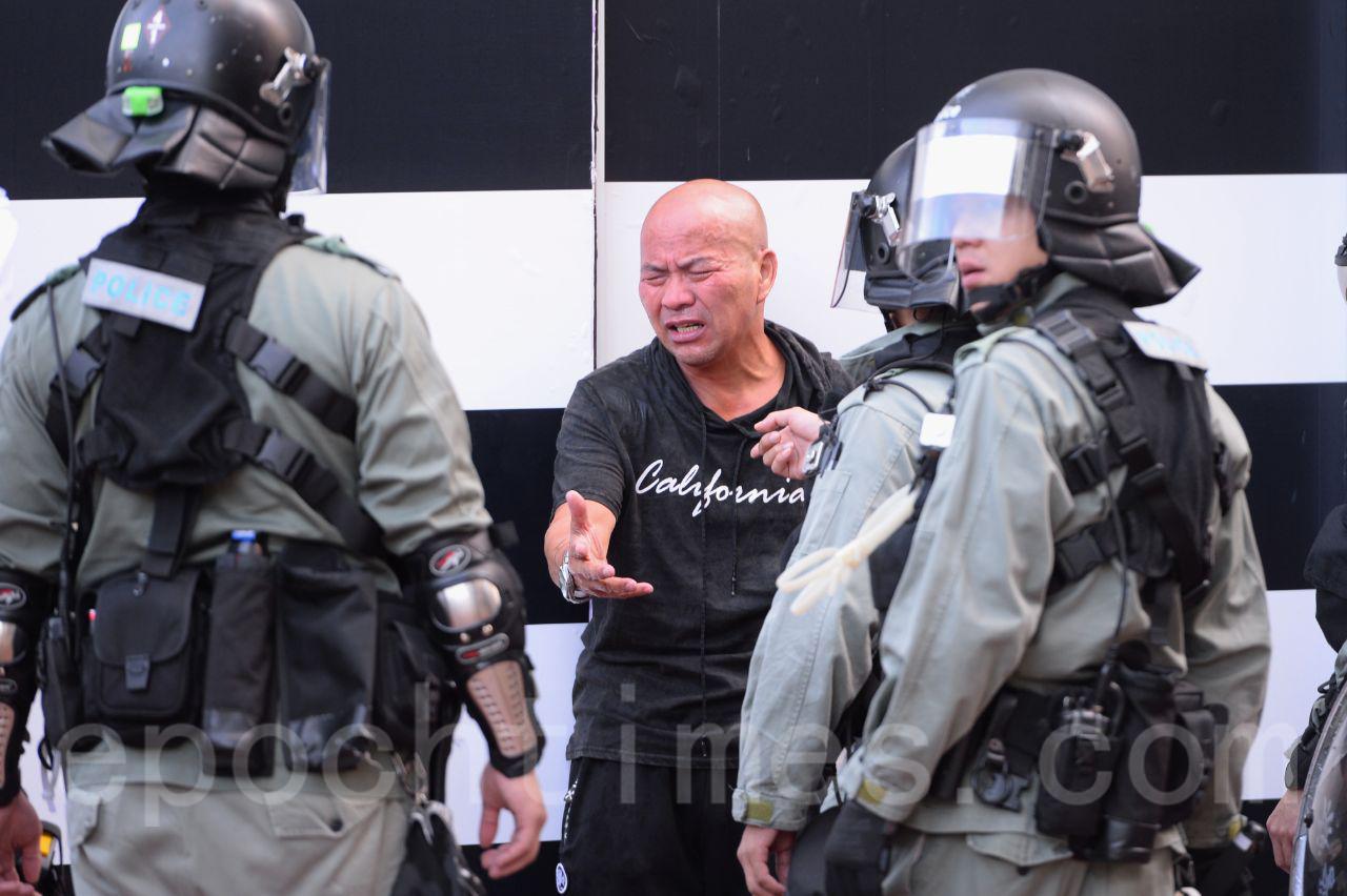 11月2日維園下午3時舉行選舉集會,集會未開始防暴警察開始抓人,一名黑衣人被拘捕。(宋碧龍/大紀元)