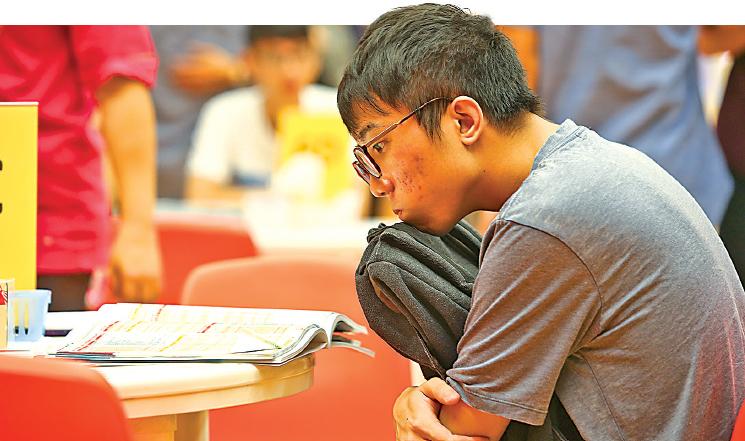 中學文憑考試即將放榜,有調查發現逾半受訪學生感到高度壓力。(大紀元資料圖片)
