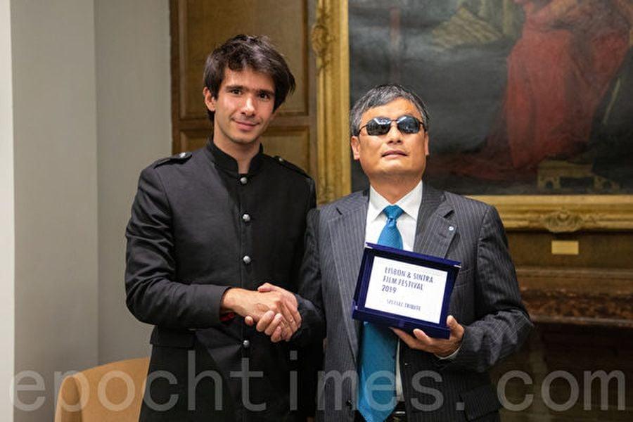 里斯本與辛特拉電影節(Lisbon & Sintra Film Festival)負責人胡安・布蘭柯(Juan Branco)為陳光誠頒發「特別貢獻獎」。(林樂予/大紀元)