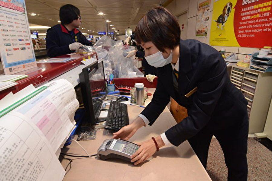 圖為為防範非洲豬瘟入侵,台灣規定,外國人如果違規攜帶疫區豬肉產品入境,將遭重罰或被禁止入境。(中央社)