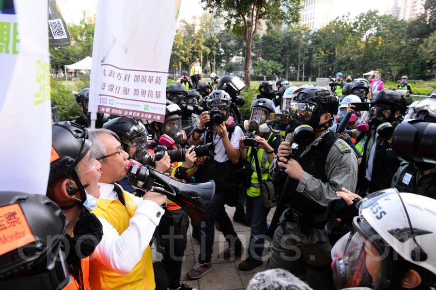 【112求援國際 維園大集會】警察衝進維園引眾怒 市民要求警察「出示委任證」