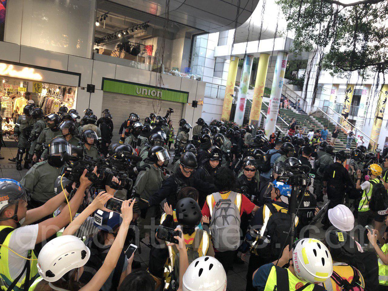 2日下午4時左右,香港市民在尖沙嘴舉行集會,大批防暴警察到場一路盤查戴口罩市民,引發市民不滿。(余天佑/大紀元)