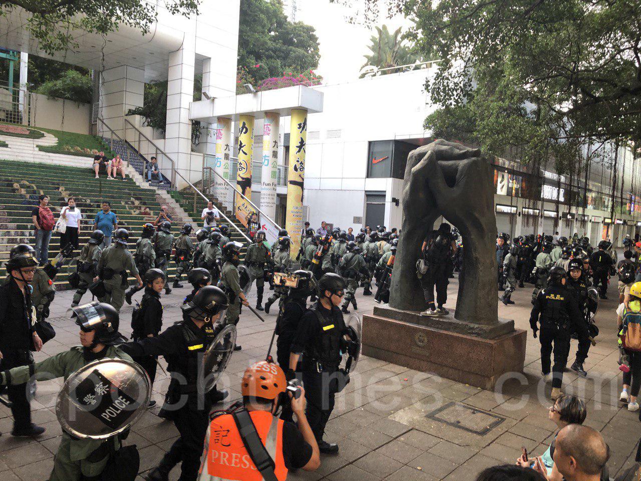 2日下午4時左右,香港市民在尖沙嘴舉行集會,大批防暴警察到場,一路盤查戴口罩市民,引發市民不滿。(余天佑/大紀元)