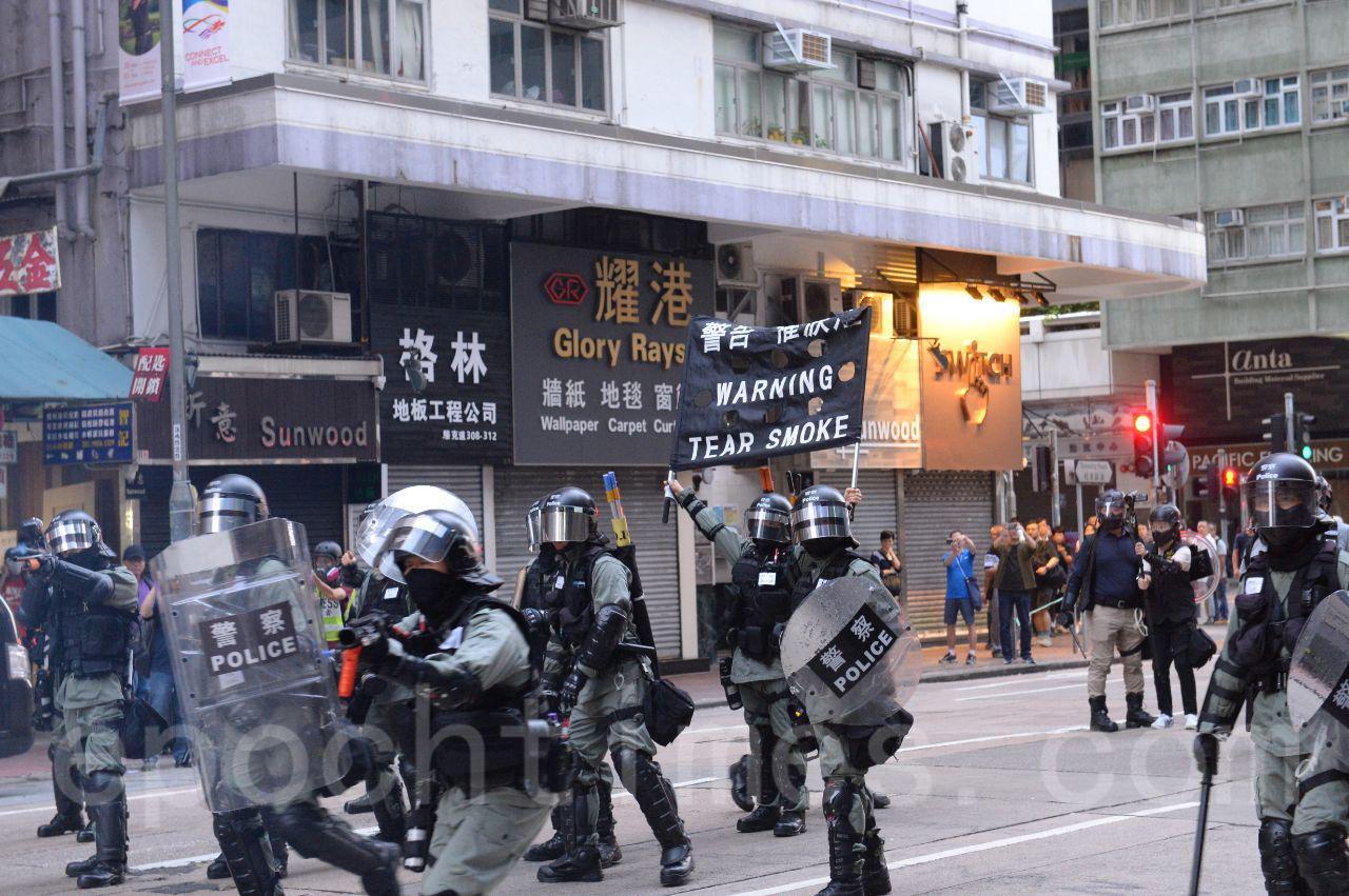 2日下午,香港市民在尖沙嘴舉行集會,防暴警察開始暴力清場,並發射催淚彈驅散市民。(余天佑/大紀元)