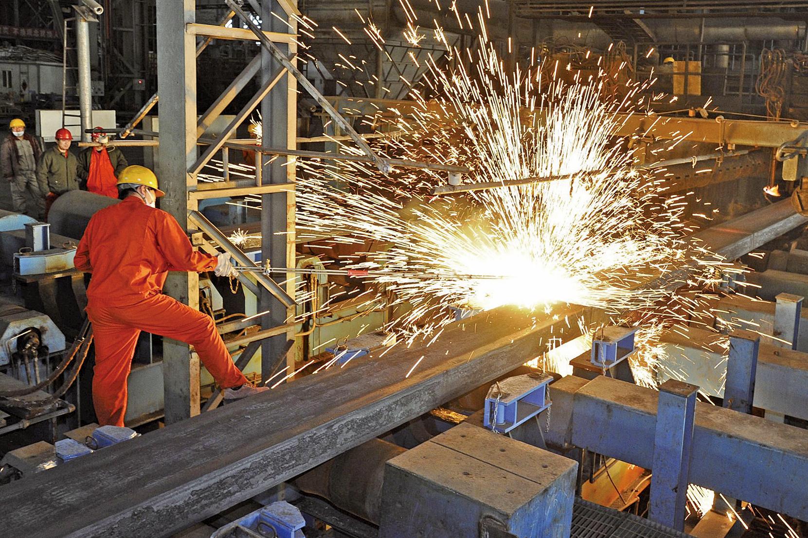 《華爾街日報》報道,中國的鋼鐵產量佔全球總產量約一半,以低於成本的價格在全球市場傾銷,導致多國出現鋼廠倒閉潮的行為,一直受到國際社會指責。(網絡圖片)