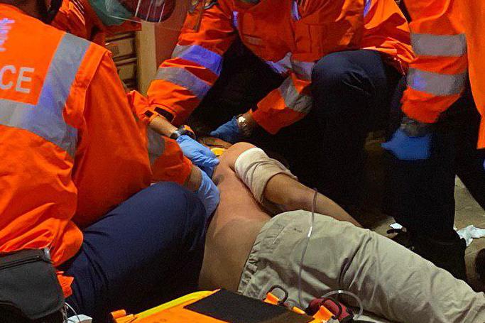 急救員被手擲式催淚彈炸傷 背部大範圍燒傷