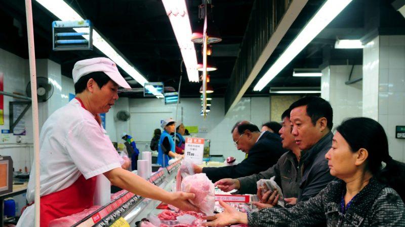 受非洲豬瘟的影響,中國大陸2019年以來豬肉價格不斷上漲,目前中國豬肉價格已高達每公斤約72元到74元人民幣,這個價格是一年前豬肉價格的兩倍。(STR/AFP/Getty Images)