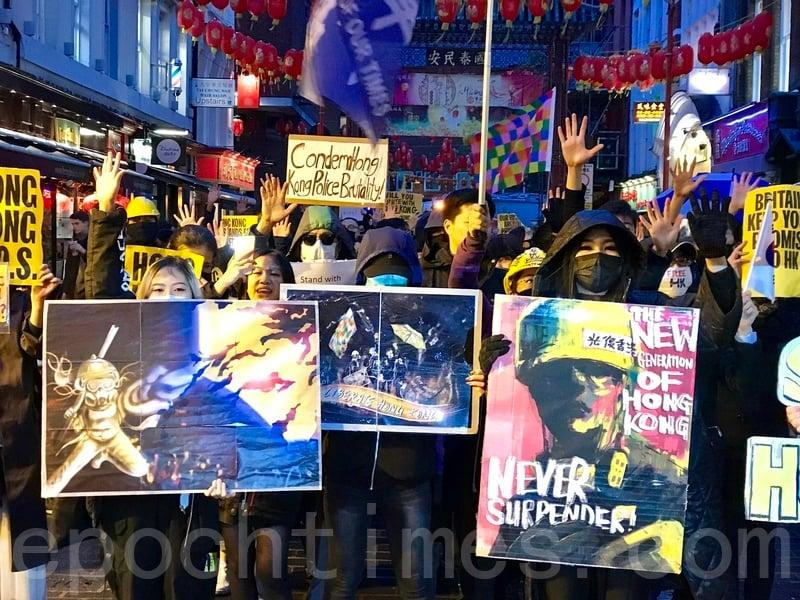 11月2日,數百名旅英港人在倫敦冒雨出席香港及全球多個國家同步舉行的「112求援國際 堅守自治」集會活動。在英港人促請英國政府正視中共違反《中英聯合聲明》及譴責香港警察濫用職權和暴力。(唐詩韻/大紀元)