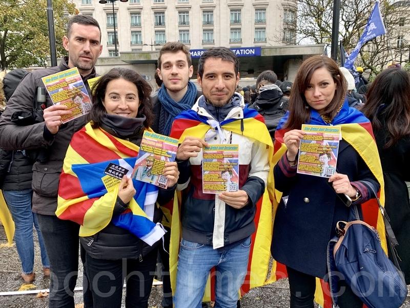 港人在倫敦冒雨出席香港全球多個國家同步舉行的「112求援國際 堅守自治」集會活動,有來自加泰的人士出席聲援。(唐詩韻/大紀元)