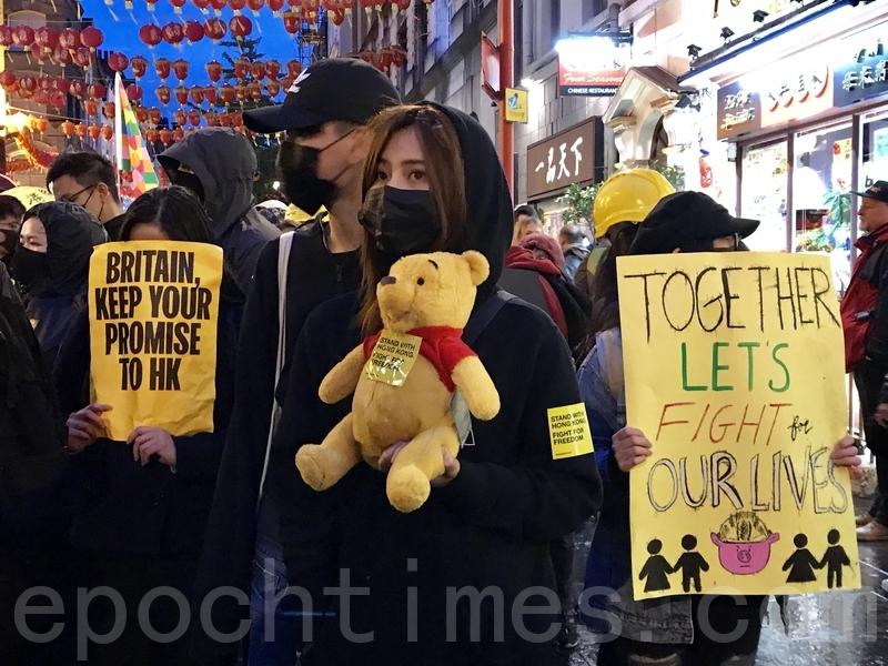 隊伍於傍晚抵達唐人街,港人在這時候明顯提高了警覺,部份遊行人士更改變口號為「天滅中共」、「打倒共產黨」等。(唐詩韻/大紀元)