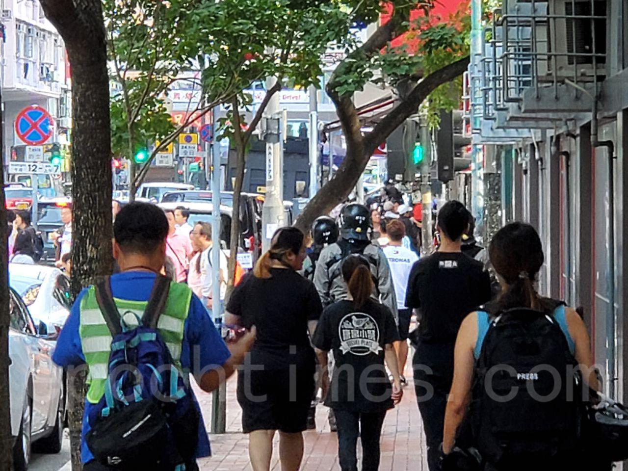 11月3日,在旺角鬧市區,全副武裝的速龍特警在巡邏,截查行人。(駱亞/大紀元)