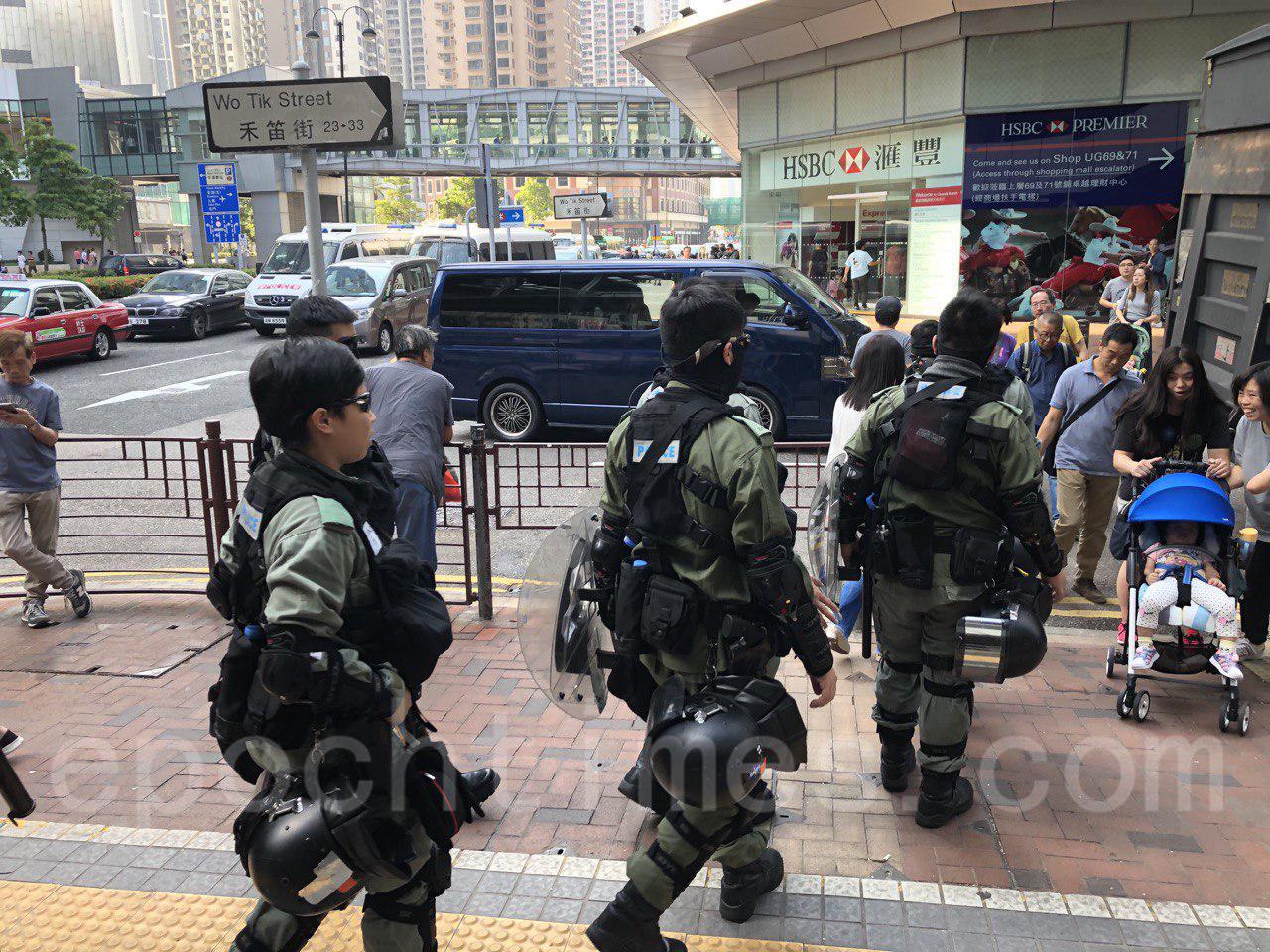 11月3日,在荃灣公園附近,出現大批防暴警察巡邏,截查行人。(余天佑/大紀元)