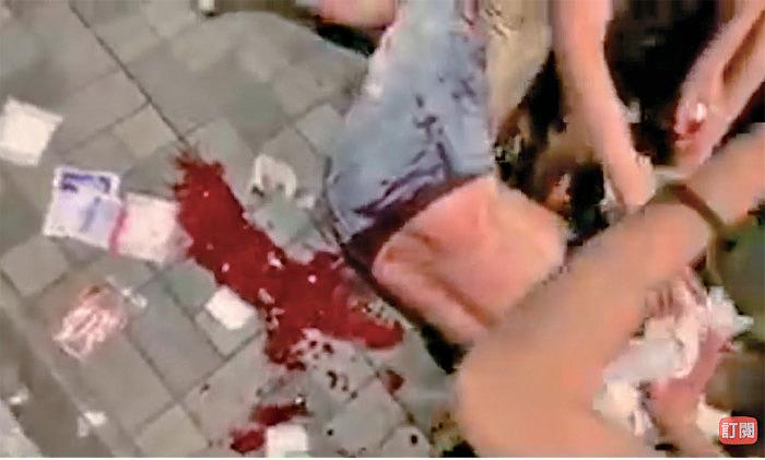 昨晚在太古城中心外發生砍人事件,四人被砍傷,其中一人大量出血。(影片截圖)