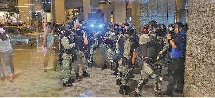 大批防暴警傍晚衝入太古城中心追捕市民,最少一人被制伏在地上。(孫明國/大紀元)