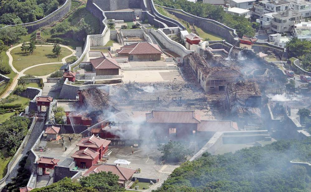 日本沖繩縣擁有世界文化遺產的首里城,31日凌晨發生大火,燒燬包括正殿在內的7棟建築。(AFP)