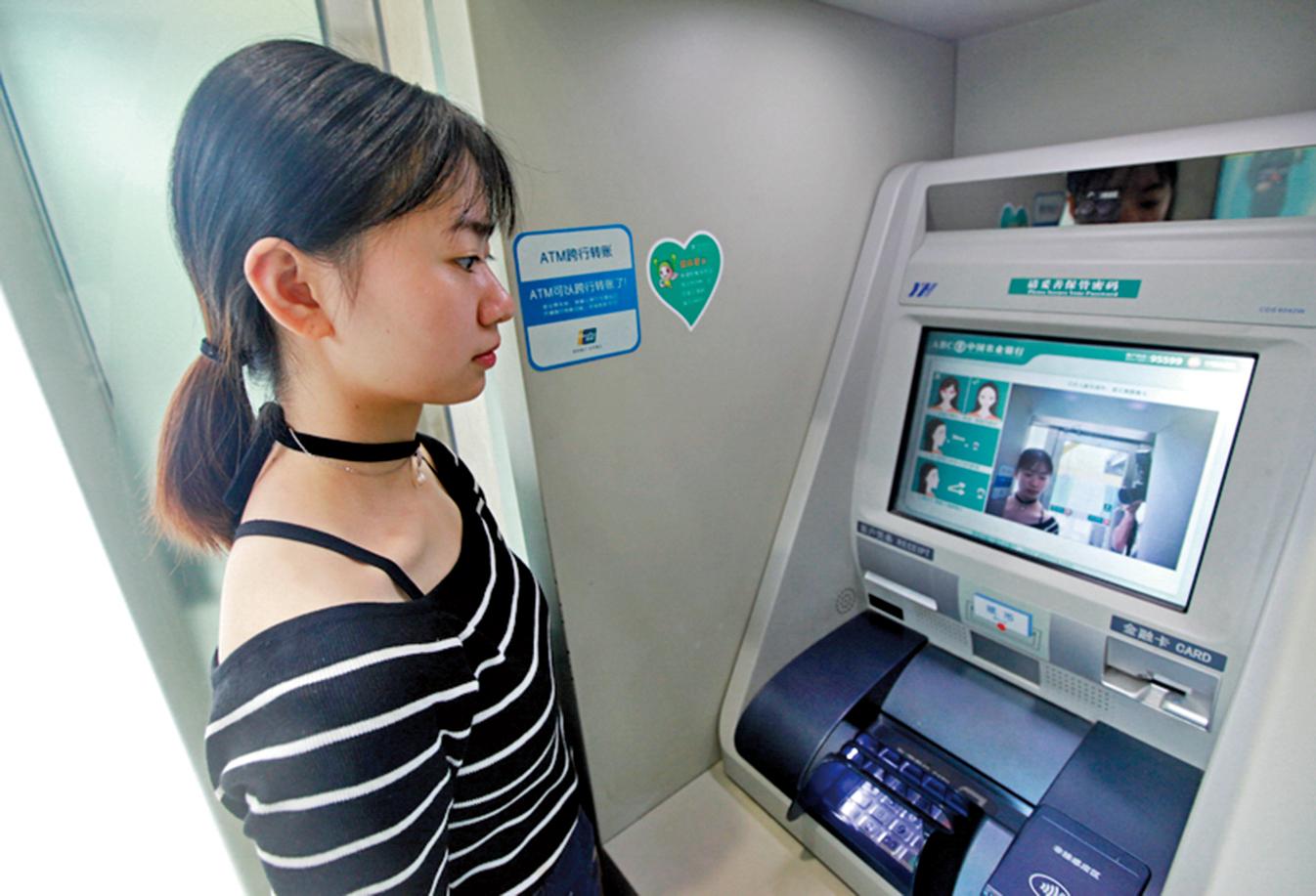 大陸農業銀行開始使用「刷臉取款」。圖為9月14日,浙江寧波鄞州區農業銀行ATM機「刷臉取款」。(大紀元資料室)