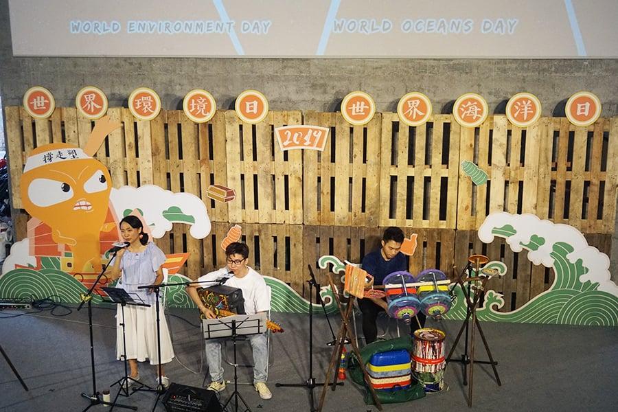 在今年6月的「走塑FUN墟」上,樂隊Plastic Band運用廢棄水桶、膠桶做的敲擊樂器演奏,令人印象深刻。(曾蓮/大紀元)