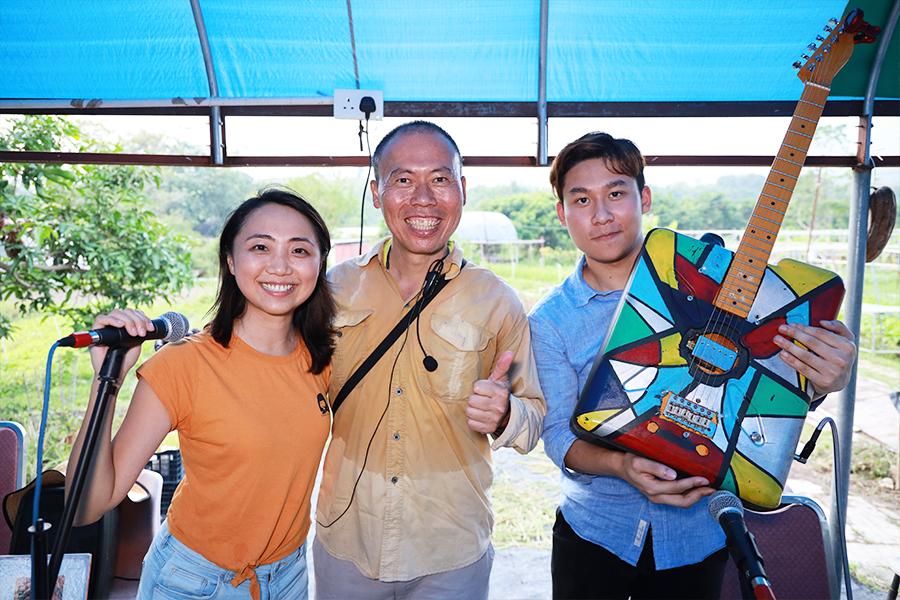 「自然遊樂」團隊常常與歐羅有機農場創辦人黃如榮(中)合作,舉辦不同的親子教育活動。(陳仲明/大紀元)