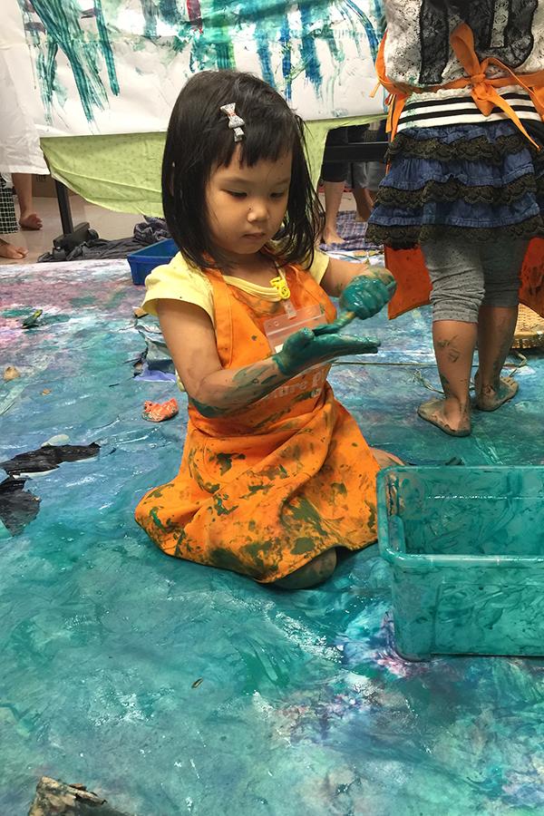 「自然遊樂」倡導「Messy Play」的幼兒教育模式。(受訪者提供)