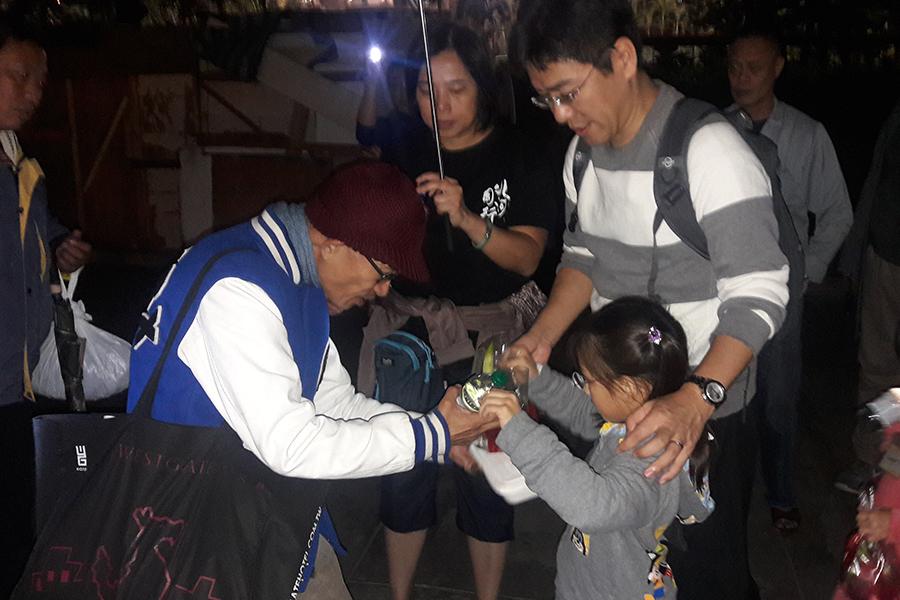 「自然遊樂」也常常與深水埗「北河同行」的「明哥」(陳灼明)合作,讓小朋友們一齊走上街頭派飯給露宿者。(受訪者提供)