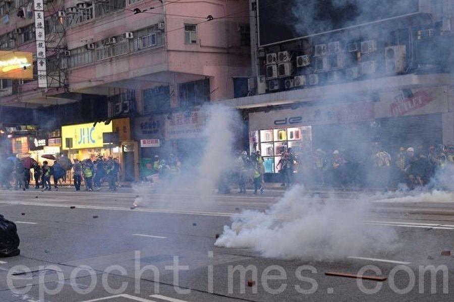 11月2日,港人在維園舉行「112求援國際 堅守自治」大集會。圖為警察在灣仔軒尼詩道施放催淚彈。(宋碧龍/大紀元)