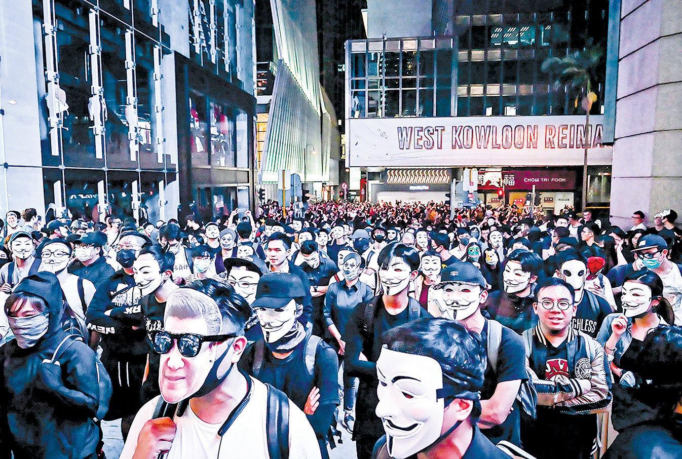 10月31日萬聖節,市民在中環蘭桂坊發起戴面具行動。(Billy H.C. Kwok/Getty Images)