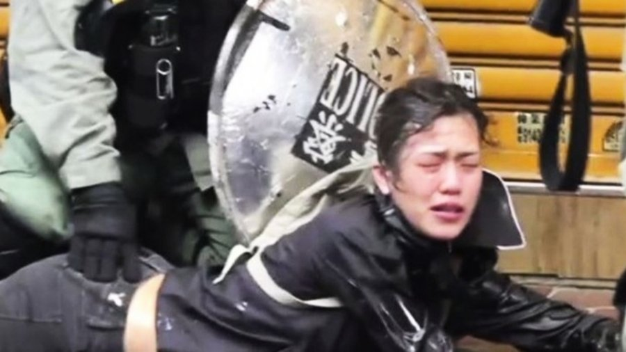 港警又性騷擾? 一女生被撲倒壓地圖片引眾怒