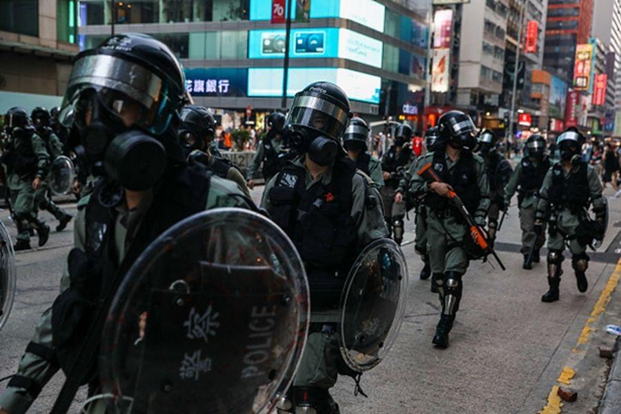 街道上的警察黑壓壓一片,與抗爭者發生對峙。(DALE DE LA REY/AFP via Getty Images)