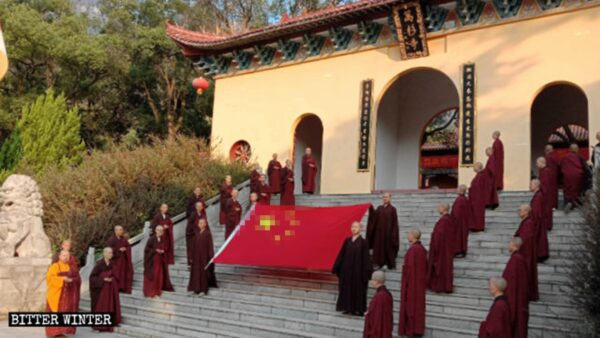 10月1日,廬山市萬杉寺佛教徒舉行升血旗儀式。(《寒冬》圖片)