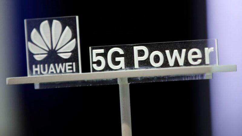 圖為中國科技巨頭華為2019年10月15日在蘇黎世舉辦的第十屆全球移動寬頻論壇上即將展出其5G產品的照明標誌。(STEFAN WERMUTH/AFP via Getty Images)