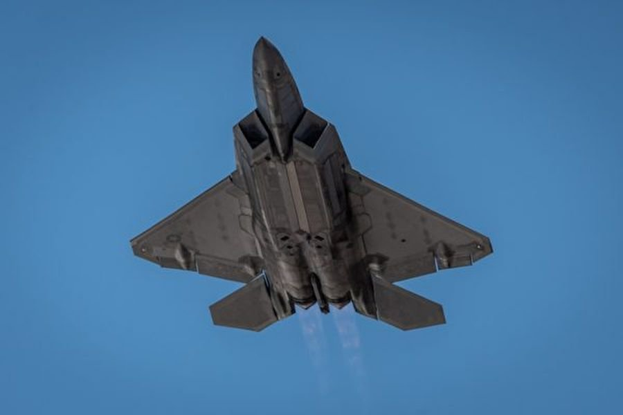 中共官媒聲稱其軍方的米波雷達可追蹤美軍的F-22和F-35戰機,專家對此存疑。圖為2019年10月28日,美軍一架F-22戰機飛行於德州上空。(Sam Eckholm/U.S. Air Force)