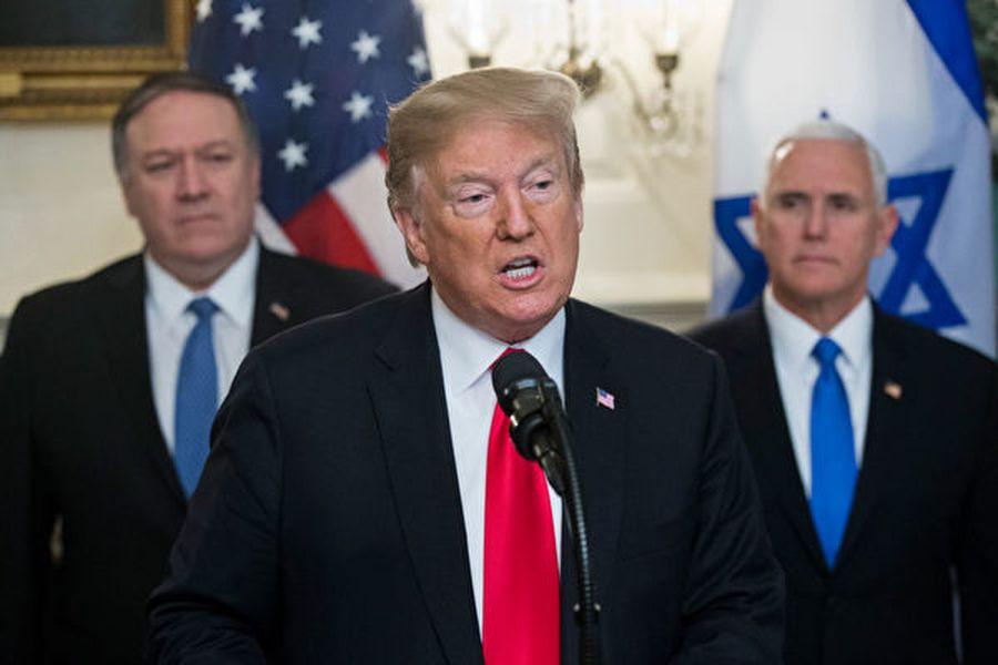 圖為特朗普3月25日在一場活動上發表講話。副總統彭斯和國務卿蓬佩奧陪同。(Michael Reynolds – Pool/Getty Images)
