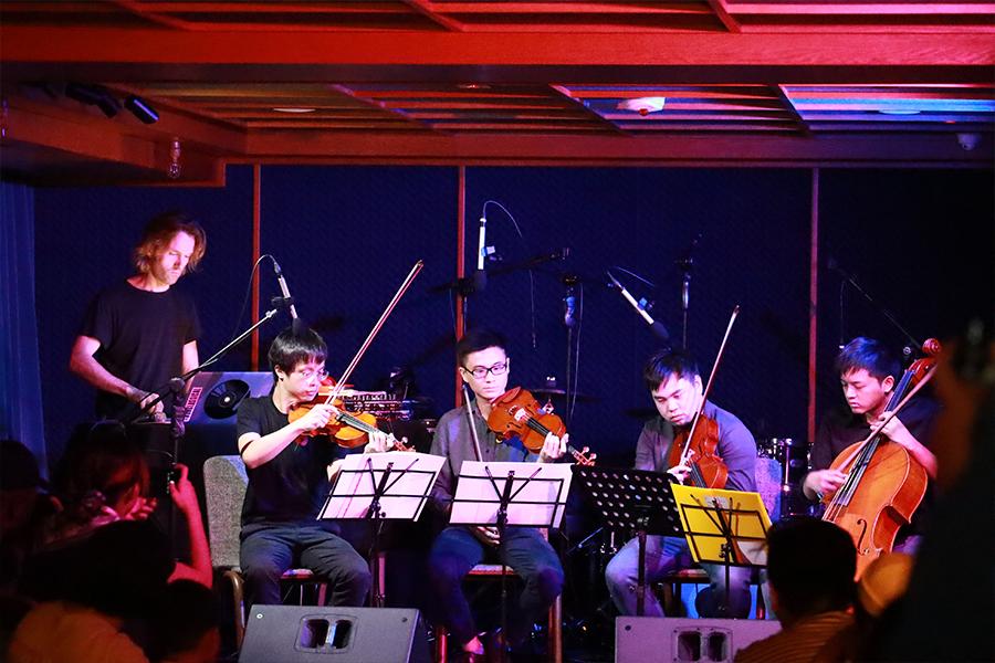 英籍俄羅斯作曲家Gabriel Prokofiev與本地年青室樂團「時.刻室樂」(The Timecrafters)合奏。(陳仲明/大紀元)