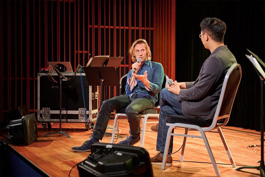 俄羅斯作曲家Gabriel Prokofiev與本地作家林丰對談。(受訪者提供)