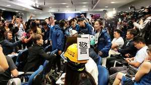 港議員斥警暴瘋狂濫權 六記者戴頭盔靜默抗議